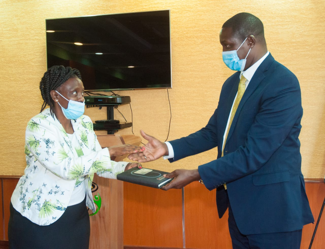 CRA Chairperson Presented a gift to IGRTC Ag. Chairman during the courtesy call meeting